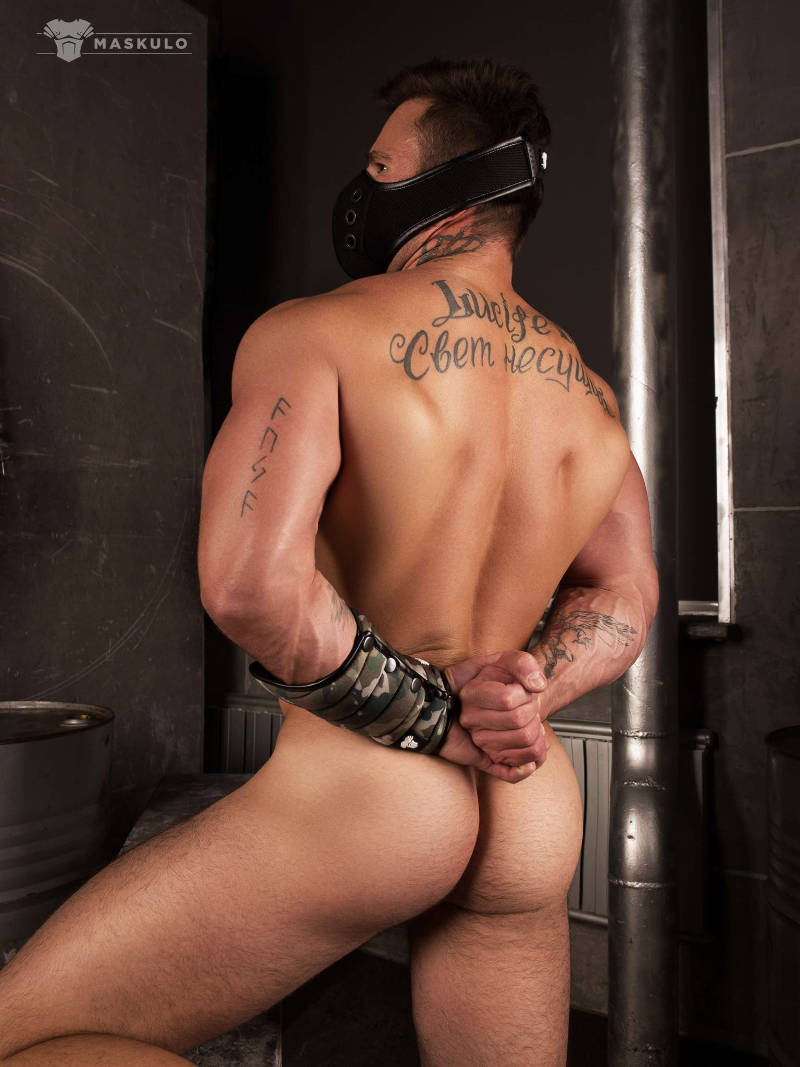 naked muscle man from behind wearing Maskulo fetish gear